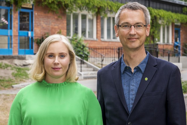 Miljöpartiets gruppledare Victoria Johansson och Bernhard Huber kräver mer resurser till Solnas skolor och förskolor.